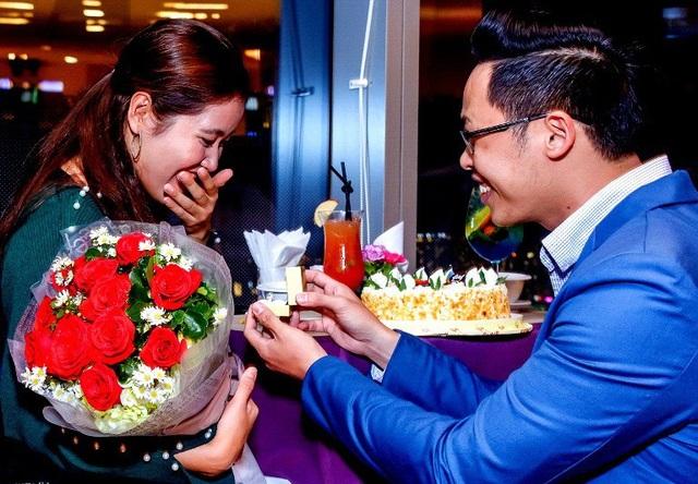 Anh bạn trẻ này sau khi tặng bạn gái bó hoa hồng đỏ thắm đã trao nhẫn cầu hôn