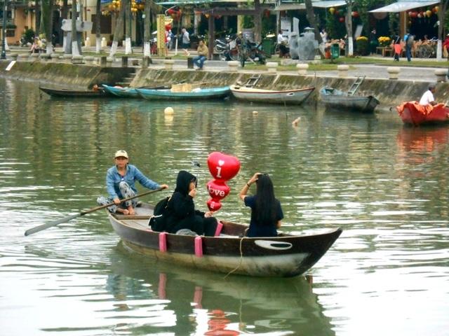 Bạn trẻ háo hức với Valentine lãng mạn ở phố cổ Hội An - 7