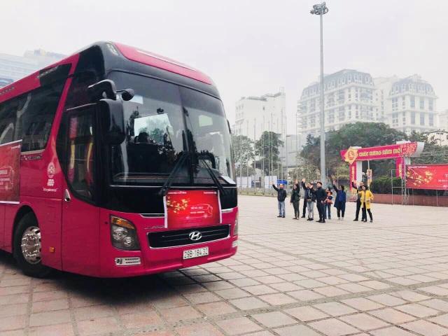 Tại đầu cầu Hà Nội, ban lãnh đạo và Công đoàn Ngân hàng Techcombank vẫy chào tạm biệt những chuyến xe cuối cùng xuất bến.