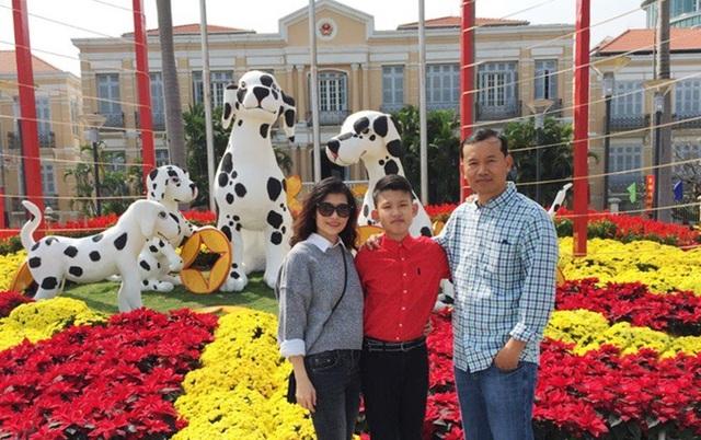 Gia đình anh Huỳnh Ngọc Linh, Việt Kiều Mỹ về quê ở Đà Nẵng kỷ niệm ngày Tết đoàn viên ở đường hoa xuân