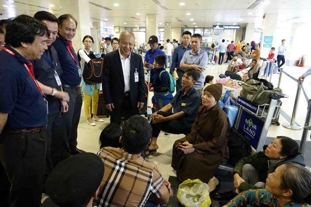 Lãnh đạo Cục Hàng không trao đổi về hành trình đi lại của hành khách tại sân bay Tân Sơn Nhất chiều 13/2