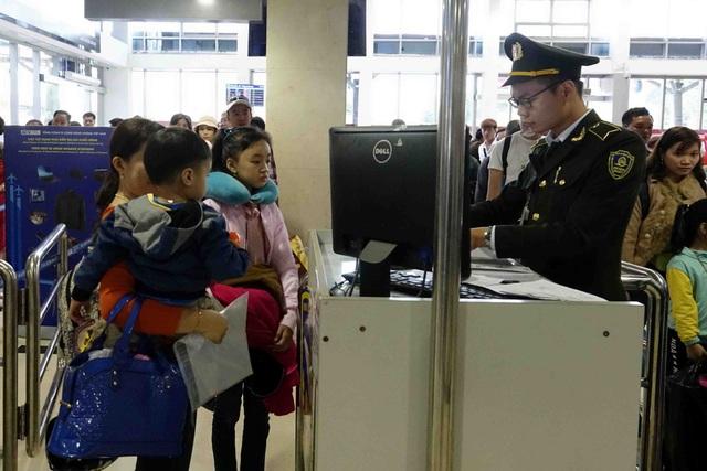 Kiểm tra an ninh hành khách đi máy bay