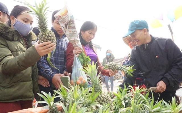 Chợ bày bán những sản vật do người dân trong huyện và vùng phụ cận sản xuất ra. Trong ảnh, người dân chọn dứa để bày lên mâm quả dâng tổ tiên ngày Tết. Mỗi quả dứa được bán với giá từ 10-15 nghìn đồng