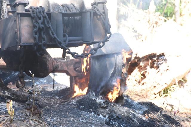 Cận cảnh chiếc xe bị các đối tượng lâm tặc đốt để phi tang