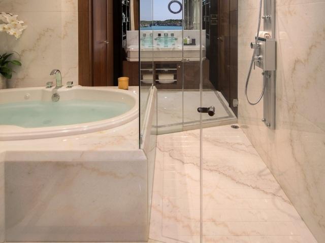 Phòng ngủ chính của siêu du thuyền xa xỉ Ocean Alexander Megayacht cũng có một bồn tắm nước nóng. (Nguồn: BI)