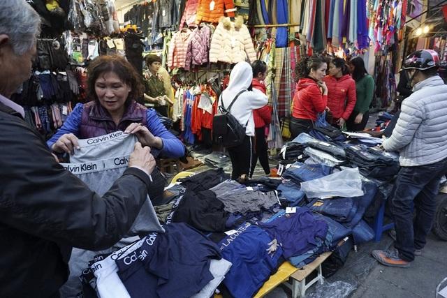 Quần áo giảm giá đủ loại, từ áo bò, váy, giầy... người mua tha hồ chọn.