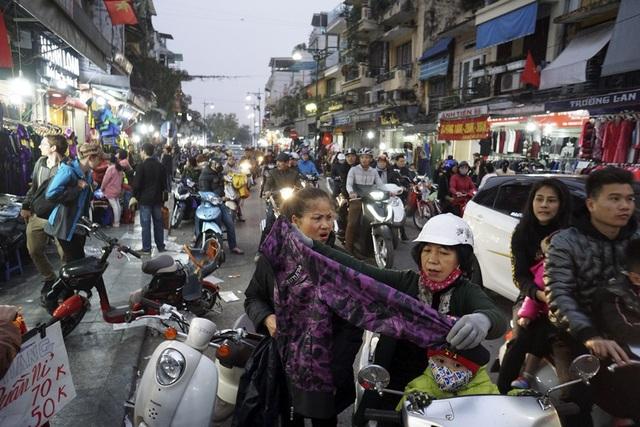 Người mua nườm nượp, việc xem hàng diễn ra ngay trên xe máy, dưới lòng đường trong vài ngày cận tết.