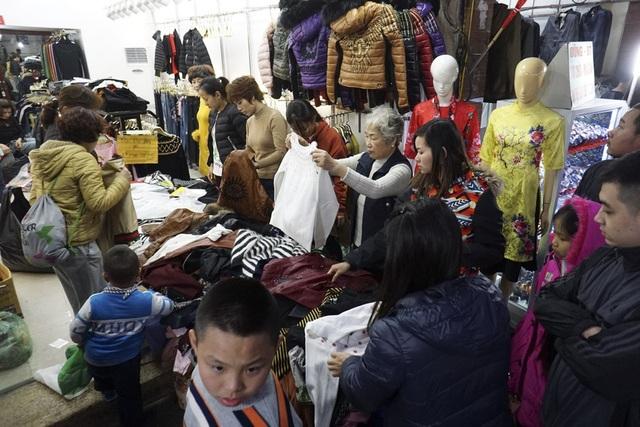 Bên trong các quầy hàng, việc mua bán cũng diễn ra vô cùng nhộn nhịp.