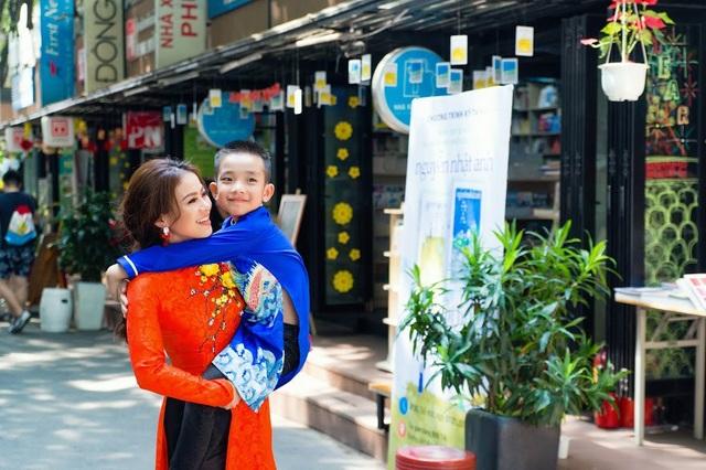 """Năm nay, bé được nghỉ học sớm, nên còn háo hức về Hà Nội với ông bà hơn nữa. Để cho con hiểu hơn, và yêu những phong tục đẹp của người Việt mình mỗi khi Xuân về, Yến đã quyết định đặt bộ áo dài cho cả hai mẹ con để làm bộ ảnh kỉ niệm""""."""