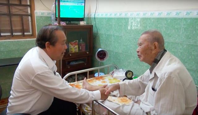 Phó Thủ tướng Trương Hoà Bình đi thăm những người có công với Cách mạng tỉnh Long An