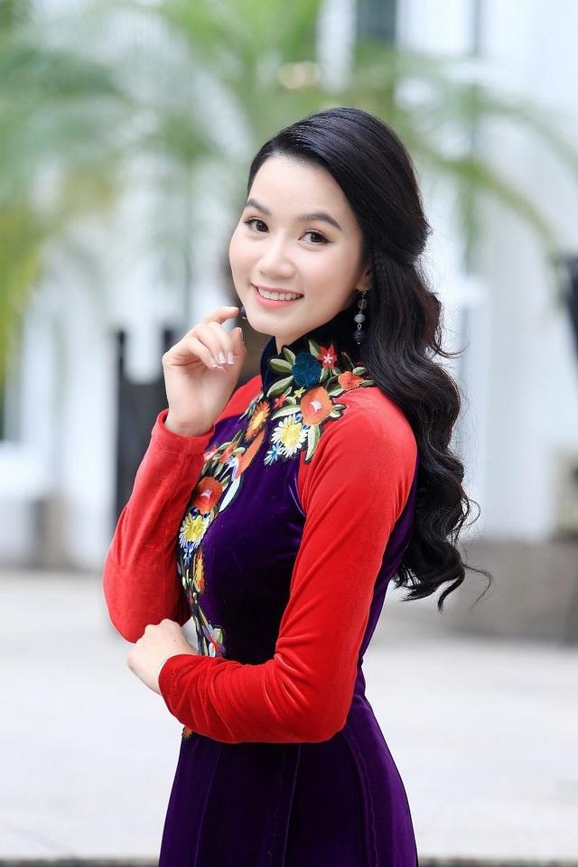 Trong bộ ảnh chào Xuân Mậu Tuất, Lương Giang diện áo dài nền nã của NTK Nhật Dũng. Cô khoe vóc dáng đáng ngưỡng mộ dù đã là mẹ của một bé gái.