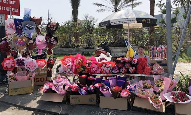 Các hàng hoa, quà tặng Valentine vắng khách hơn mọi năm do lễ tình nhân năm nay cận Tết