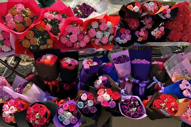 Hoa giấy trang trí đạp lại hút khách hơn hoa tươi