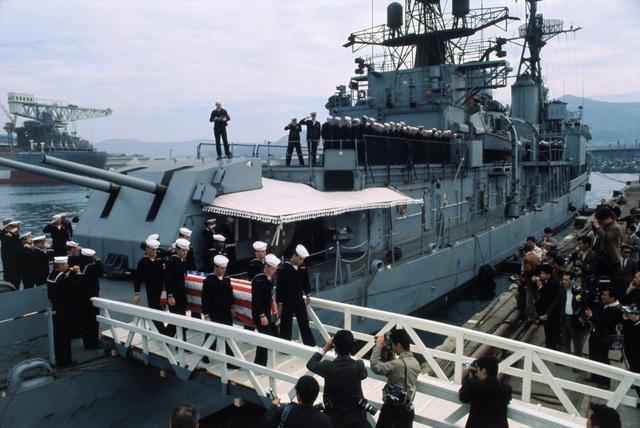 Tàu chở thi thể các quân nhân Mỹ thiệt mạng trong vụ bắn rơi máy bay EC-121 cập cảng tại Nhật Bản năm 1969 (Ảnh: Getty)