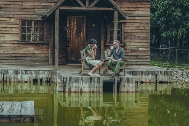 Á hậu Thanh Tú và ca sĩ Kyo York đã hoá trang thành một đôi vợ chồng già nhưng vẫn sống trong tình yêu và những nồng nàn của tuổi trẻ.