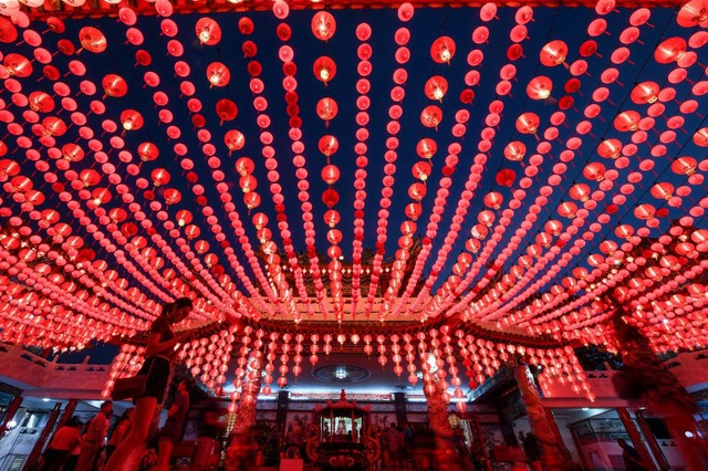 Đèn lồng đỏ rợp trời tại đền Thean Hou (Ảnh: AFP)