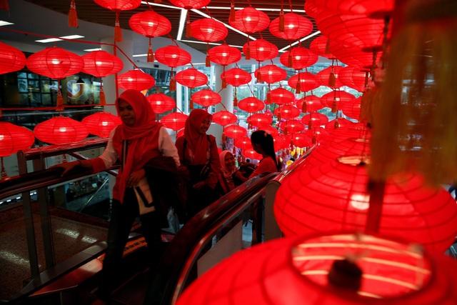 Đèn lồng đỏ rực sáng trong một đêm cuối năm con gà tại Jakarta, Indonesia (Ảnh: Reuters)