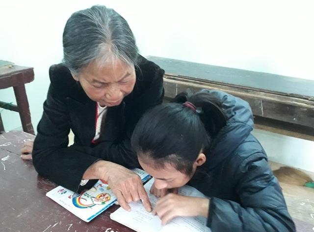 Bà giáo già tận tình chỉ dạy cho học sinh