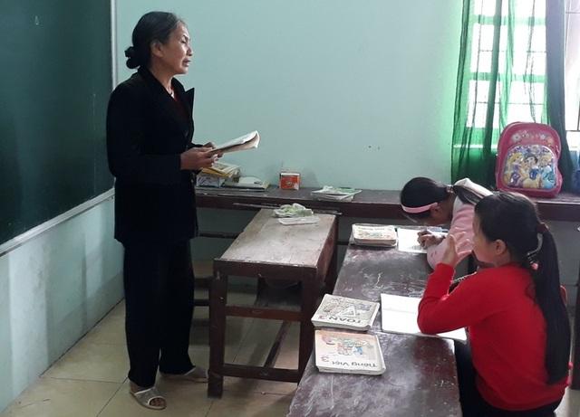 Năm nay đã ngoài 70 tuổi, nhưng cô Thông vẫn nhiệt tình đứng lớp dạy chữ cho học sinh nghèo