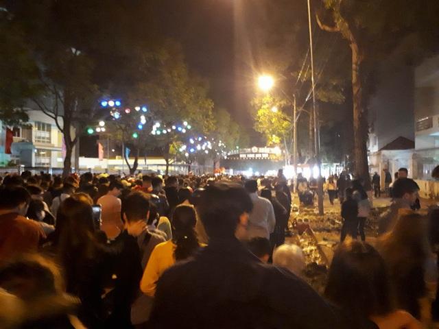 Đường phố đông nghịt người dân đêm giao thừa