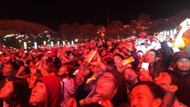 Người dân phấn khởi khi xem bắn pháo hoa