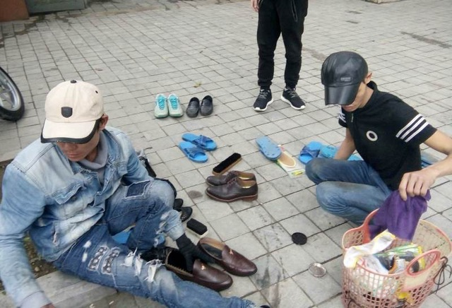Những người làm nghề đánh giày dạo không cần phải di chuyển nhiều nhưng công việc thì luôn tay