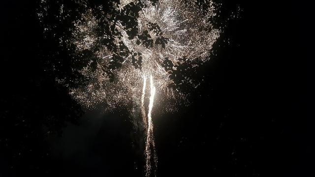 Đêm giao thừa người dân phố núi giao lưu với Hoa hậu H'Hen và xem bắn pháo hoa - 5