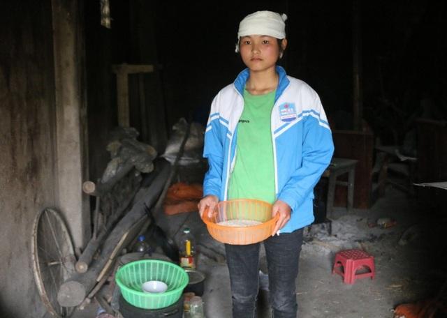 Từ ngày mẹ mất, em gái út Phạm Thị Huyền thay mẹ chăm lo cơm nước cho cả ba anh em