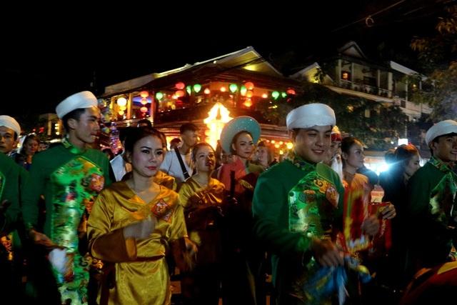 Mọi người vừa đi vừa ca hát, chúc mừng năm mới bình an-thịnh vượng đến tất cả người dân và du khách trong năm Mậu Tuất 2018