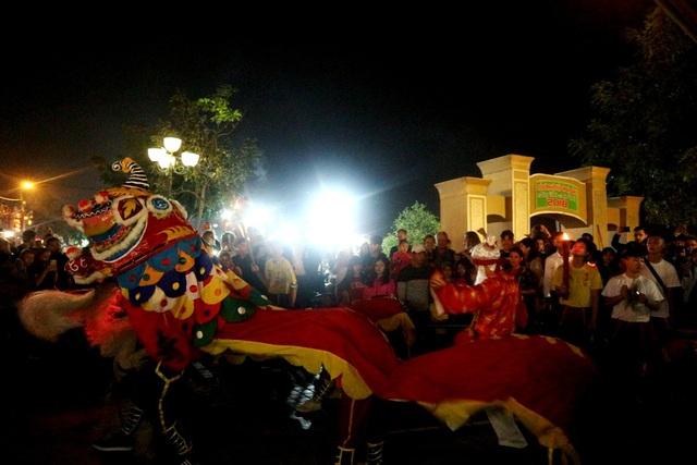 Đến những đoạn ngã rẽ đoàn sẽ dừng lại biểu diễn múa lân cùng dâng rượu chúc mừng mọi người