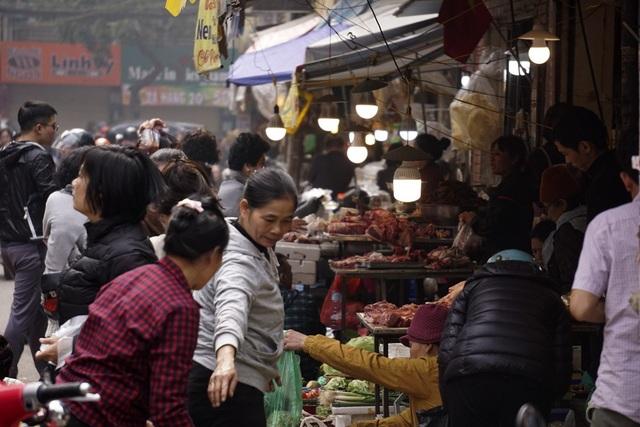 Chợ Hàng Bè nằm trong phố Gia Ngư và ngõ Cầu Gỗ, đây là khu chợ lâu đời của Hà Nội và nổi tiếng với đủ loại thực phẩm ngon, giá cả cũng cao hơn so với các chợ khác. Những ngày cuối năm, chợ vô cùng đông đúc từ tờ mờ sáng.