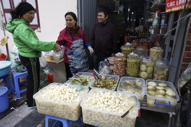 Cửa hàng bán các loại dưa cà muối.