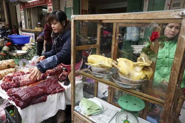 Gà cúng, thịt bò bó sẵn là một trong nhiều loại thực phẩm được người bán chế biến thô, người mua chỉ cần mang về là có thể làm ngay món theo ý muốn.