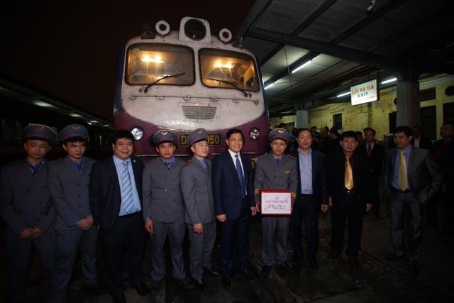 Chuyến tàu cuối cùng của năm Đinh Dậu rời ga Hà Nội lúc hơn 22h đêm, kết thúc 1 năm nhiều thay đổi tích cực của gành đường sắt
