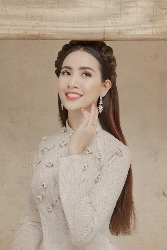 Top 5 Hoa hậu Việt Nam Phan Thị Mơ xuất hiện trong bộ ảnh đón Xuân 2018 mộc mạc nhưng nhiều cảm xúc.