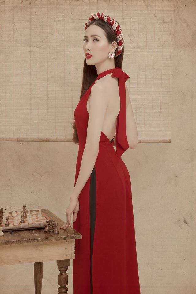 Nữ diễn viên cho biết, Tết là dịp thiêng liêng, quan trọng nhất. Vốn yêu quý và trân trọng những giá trị truyền thông của dân tộc, cho nên ở bộ ảnh mới, Mơ Phan muốn giữ truyền thống với bộ áo dài bằng lụa nhẹ nhàng.