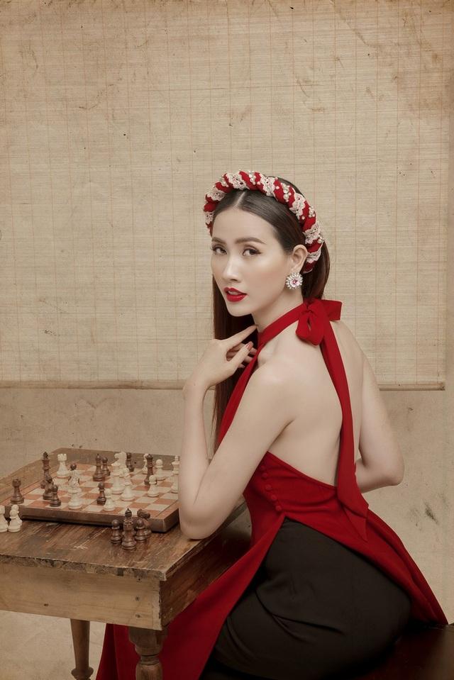 Mơ Phan chọn chiếc áo dài truyền thống được cách tân, với tông màu đỏ rực rỡ, hoặc trắng dịu dàng, kết hợp cùng những cành đào phù hợp với không khí Tết cổ truyền của dân tộc.