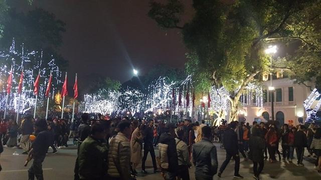 Pháo hoa bừng sáng, người dân cả nước nao nức mừng năm mới - 5
