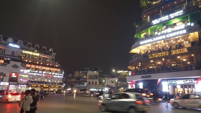 Nhờ vị trí đắc địa, view nhìn thẳng ra Hồ Gươm nên các quán cà phê ở khu vực Quảng trường Đông Kinh Nghĩa Thục đều đã được đặt kín chỗ.