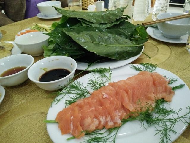 Món cá hồi cuộn với lá sa lăng đang là món ăn độc, lạ ở xứ Thanh