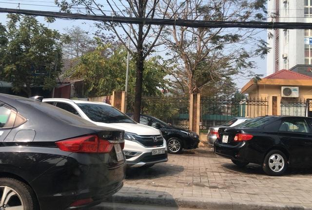 Những tiệm rửa xe ô tô luôn đông kín phương tiện