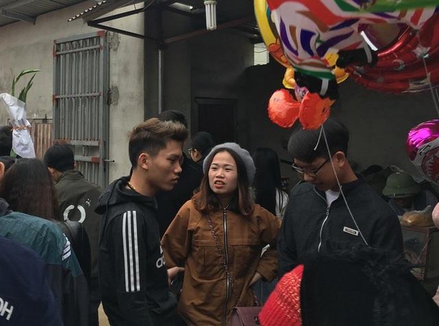 Nhiều người, nhất là những bạn trẻ tha hương trở về quê thường chọn đi phiên chợ ngày 30 Tết để gặp gỡ nhau. Tại đây, họ trò chuyện, hỏi thăm và dành cho nhau những lời chúc tốt đẹp trước thềm năm mới.