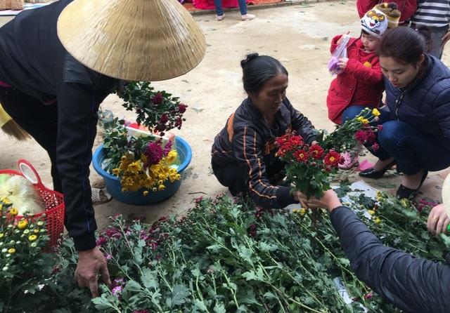 Chọn hoa cúc để về dâng lên bàn thờ tổ tiên trong ngày Tết.
