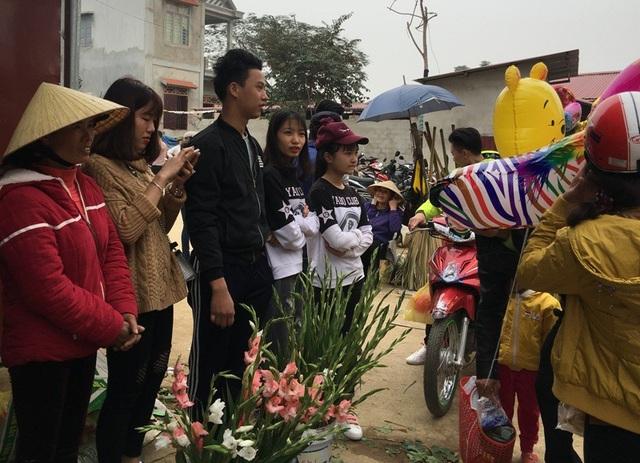 Nhiều bạn trẻ cũng tranh thủ đến chợ vừa chơi, vừa tham gia bán hàng cùng mẹ.