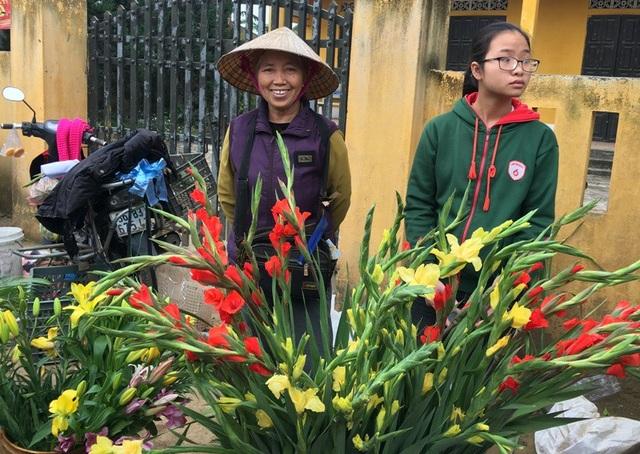 Nụ cười hiện rõ trên khuôn mặt của những người bán hàng tại phiên chợ.