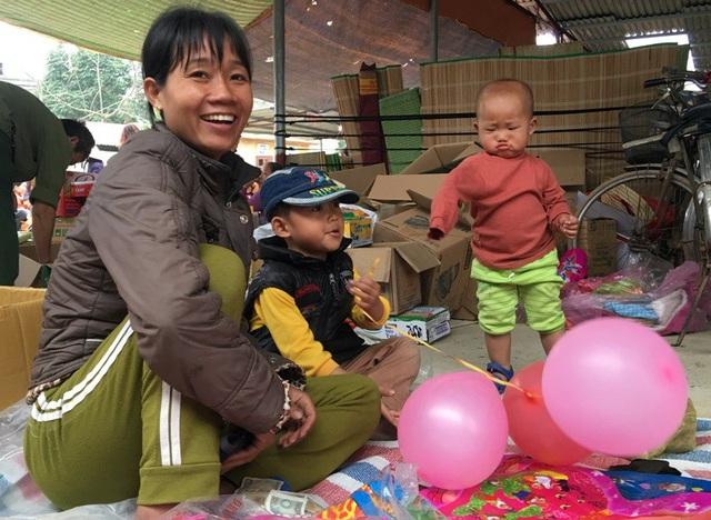 Ba mẹ con cùng nhau ra chợ bán hàng ngày cuối năm.