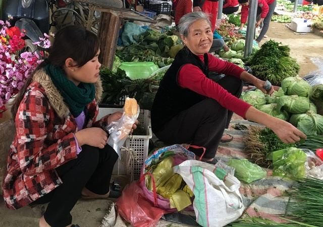 Chiếc bánh mì ăn vội để bán hàng tại chợ quê ngày 30 Tết.