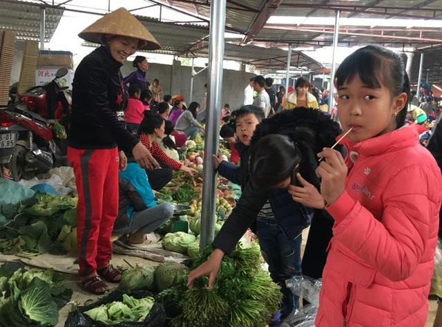 Những món hàng cây nhà lá vườn, đượm chất thôn quê như: Rau xanh, củ quả, hành tỏi... được các mẹ, các chị đem đến phiên chợ quê ngày cuối năm.