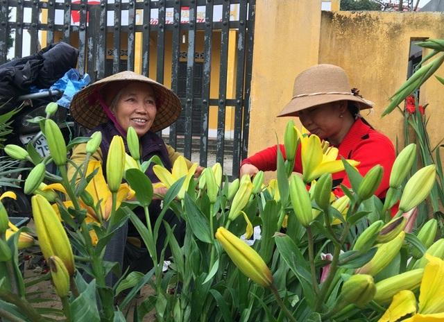 Những cành hoa li sang chảnh tại phiên chợ quê ngày 30 Tết.