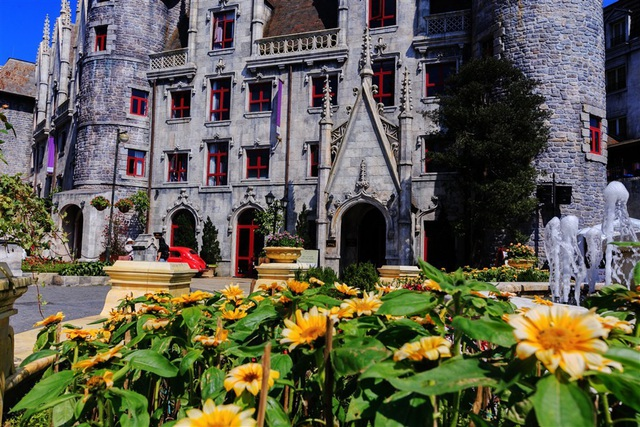 Panse, phi yến, cúc họa mi hay hướng dương… thế giới hoa muôn sắc đua nhau bừng nở, biến khu du lịch với những lâu đài Pháp cổ thành một thiên đường hoa rạng ngời xuân sắc.